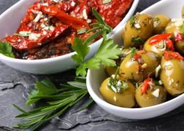 Mediterrane Vorspeisen - marinierte Oliven und Tomaten